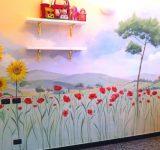 Decorazione a parete con paesaggio toscano, papaveri e girasoli