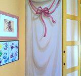 Decorazione armadio a muro di una cameretta, particolare fiocco rosa