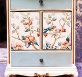 Recupero e decorazione dipinta di comodino con elementi floreali e inserti in foglia oro | Mara Beccaris Genova