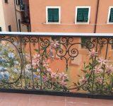 Terrazza privata, Genova. Progettazione e rappresentazione di una ringhiera dipinta con veduta su giardino | Mara Beccaris Genova